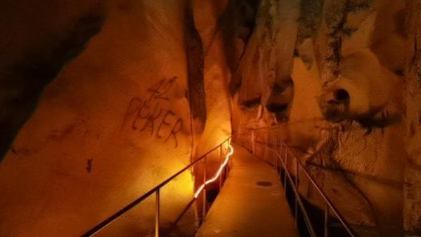 3 milyon yıllık mağaranın duvarları yazı tahtasına döndü! Gelen giden aşkını kazımış