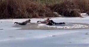 Buz tutan göle düşen çocukları kurtarırken kendileri de göle düştü! Donmaktan son anda kurtuldular