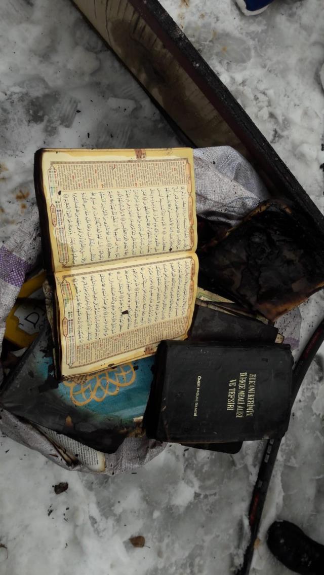 Cami alevlere teslim oldu, çıkan yangında Kur'an-ı Kerim yanmadı