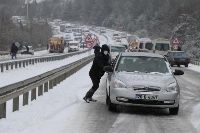Denizli-Antalya Karayolu kar nedeniyle ulaşıma kapandı: 5 kilometre uzunluğunda kuyruk oluştu
