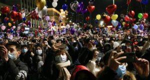 Dünya onlar yüzünden evdeyken Vuhan'da binlerce kişi yeni yılı kutlamak için sokaklara döküldü