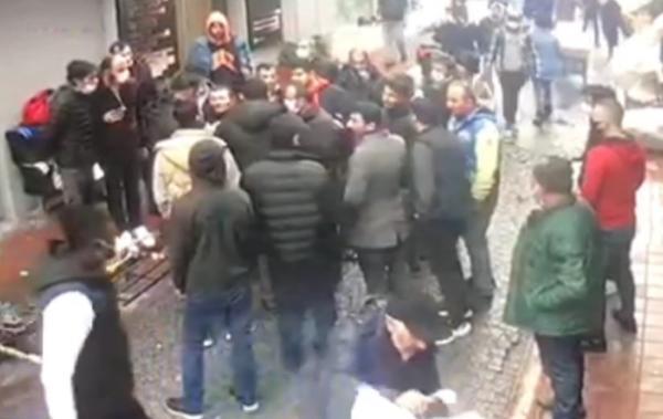 Görüntü İstanbul'un göbeğinden! Esnaftan ayakkabı hırsızına meydan dayağı