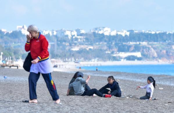 Hafta sonları bize kısıtlı, onlara tatil! Sahile inen turistler güneşin tadını çıkardı