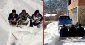 """""""Her şeyi devletten beklememek lazım"""" diyerek, 3 kişi bindikleri pikapla kardan kapanan yollarını açtılar"""