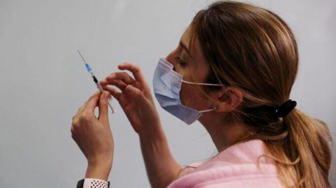 İki doz aşı yapılan 128 bin kişiden 20'si virüse yakalandı