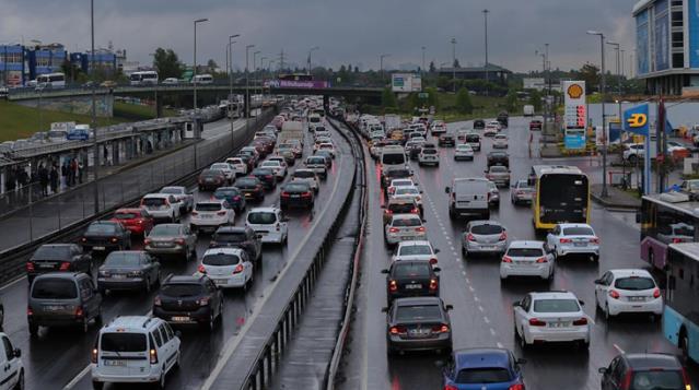 İstanbul'da kısıtlama sonrası trafik yoğunluğu yağmurun da etkisiyle artıyor
