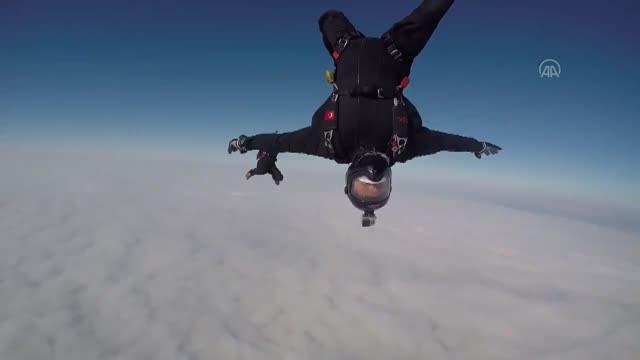 Milli Savunma Bakanlığı görüntüleri paylaştı: Özel Kuvvetler paraşüt ekibi bulutların üzerinde gösteri yaptı