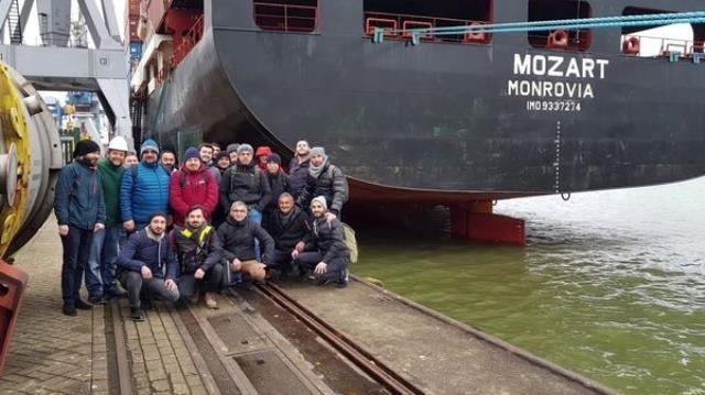 Türk gemisini yarım saat kovalayan korsanlar, balyozla kırmadıkları kapıyı taş motoruyla kesmişler