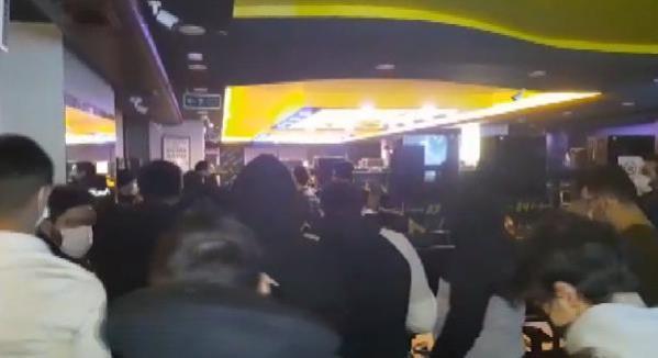 Yasak ihlali yapan internet kafeden tam 50 kişi çıktı