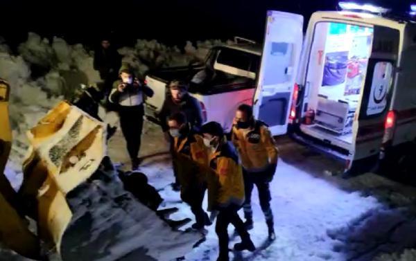 Yolu kapalı köyde hastalanan kadın, kepçe ağzında ambulansa taşındı