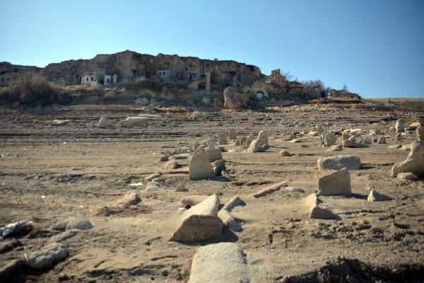 Baraj suyu çekilince, eski mezarlıktaki kafatası ve kemikler ortaya saçıldı