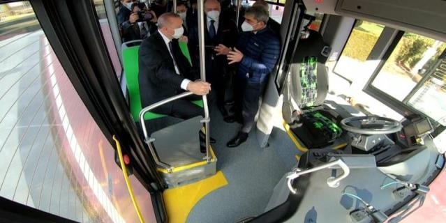 Cumhurbaşkanı Erdoğan, ilk elektrikli sürücüsüz otobüsü Külliye'nin bahçesinde test etti
