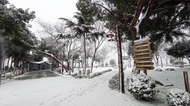 İstanbul'da kar yağışı etkisini sürdürüyor! Bazı bölgelerde kar kalınlığı 10 santimetreyi buldu
