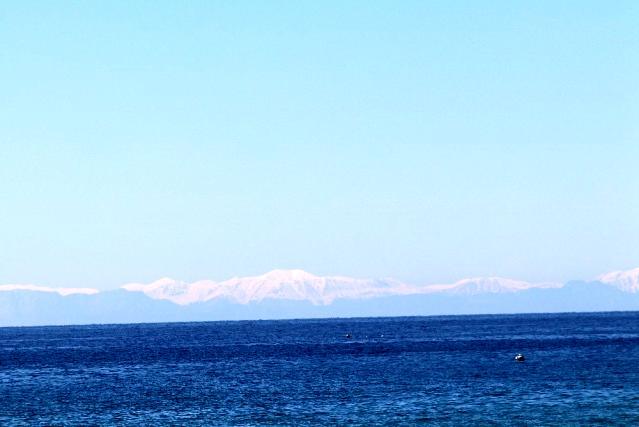 Karla kaplı Toros Dağları manzarası eşliğinde deniz keyfi