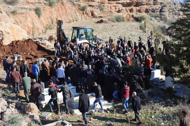 Katliam gibi kavgada hayatını kaybeden 7 kişi defnedilirken, jandarma bölgede kuş uçurtmadı
