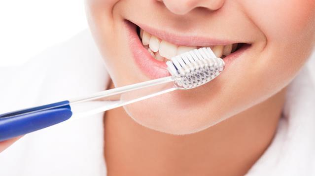 Manuel diş fırçası ile elektronik diş fırçası arasında performans farkı var mı?