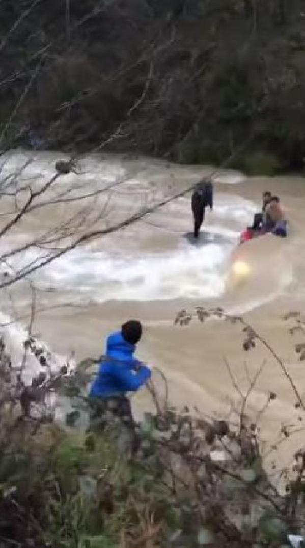 Otomobil Araklı ilçesindeki Karadere'ye uçtu; araçtaki 3 genci vatandaşlar kurtardı