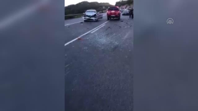 Aynı yönde seyreden iki otomobil çarpıştı, 2 kişi yaralandı