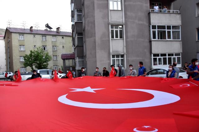 Bitlis'te dev Türk bayrağı eşliğinde İstiklal Marşı etkinliği