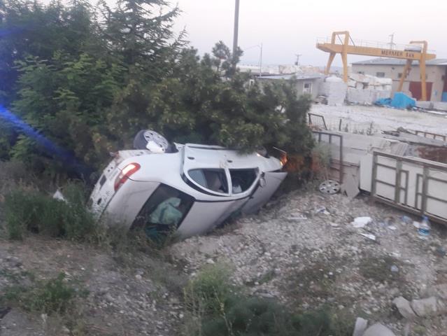 Afyonkarahisar'da lastiği patlayan otomobil şarampole devrildi: 5 yaralı