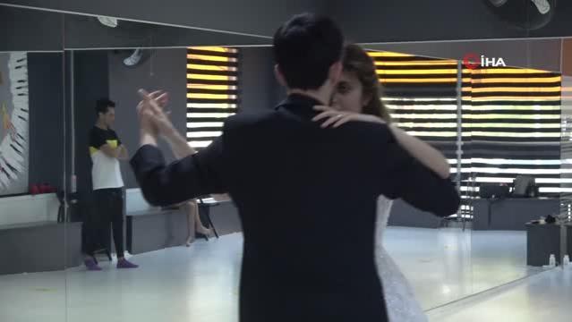 Düğün heyecanı başladı, çiftler gelin ve damatlıkla dans kursuna koştu