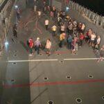 milas-ta-iskelede-toplanan-vatandaslar-cikarma-gemileriyle-tahliye-ediliyor-610af56405b41