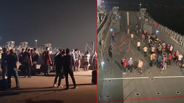 Milas'ta iskelede toplanan vatandaşlar çıkarma gemileriyle tahliye ediliyor