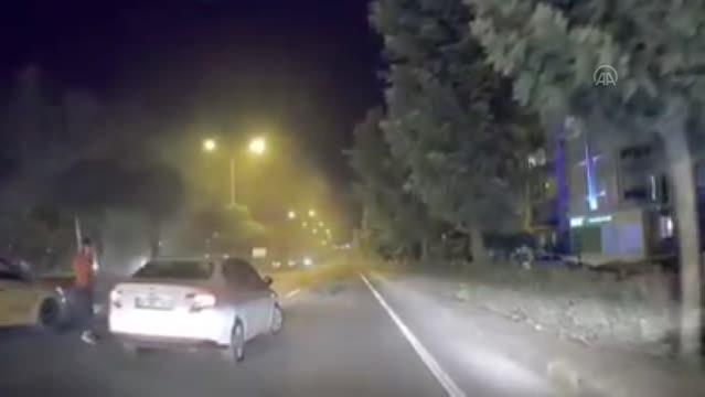 Otomobilin refüjdeki elektrik direği ile ağaçlara çarpması kameraya yansıdı