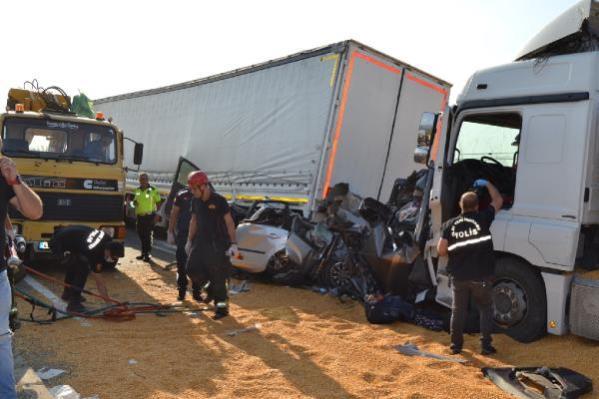 Son dakika haberleri! Manisa'da TIR, 4 araca çarptı: 3 ölü, 5 yaralı (2)- Yeniden