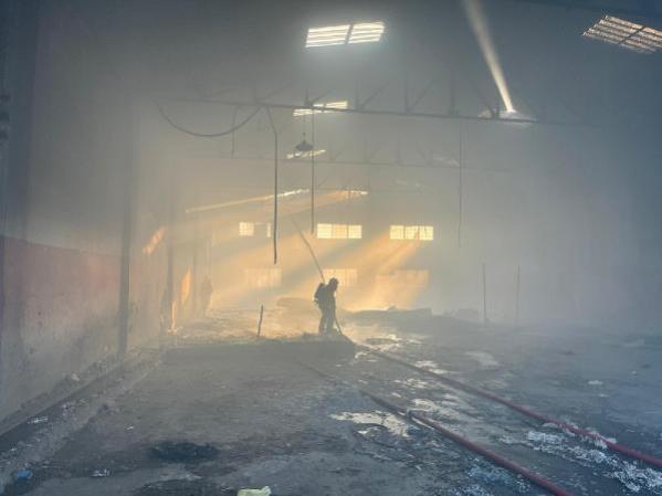 Tarsus'ta atıl durumdaki fabrikada yangın