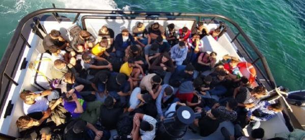 Bozcaada açıklarında makine arızası yapan yelkenli teknedeki 59 kaçak göçmen kurtarıldı