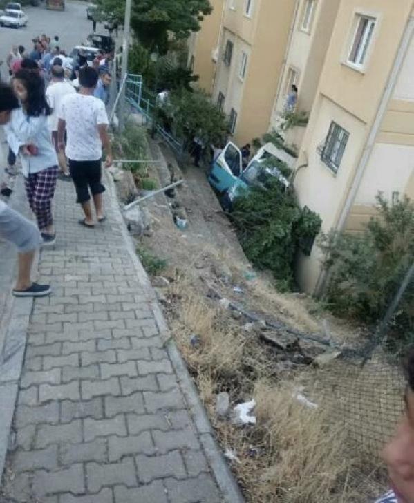 Freni patlayan servis minibüsü bahçeye uçtu: 20 yaralı
